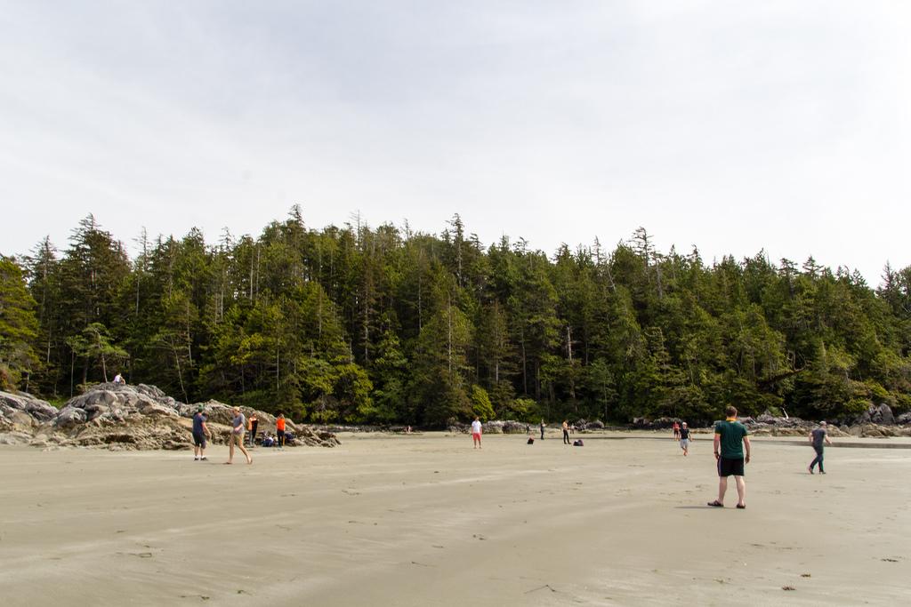Football improvisé sur la plage.