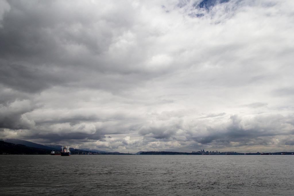 Vancouver City, au loin. Gros cargos parqués dans la baie.