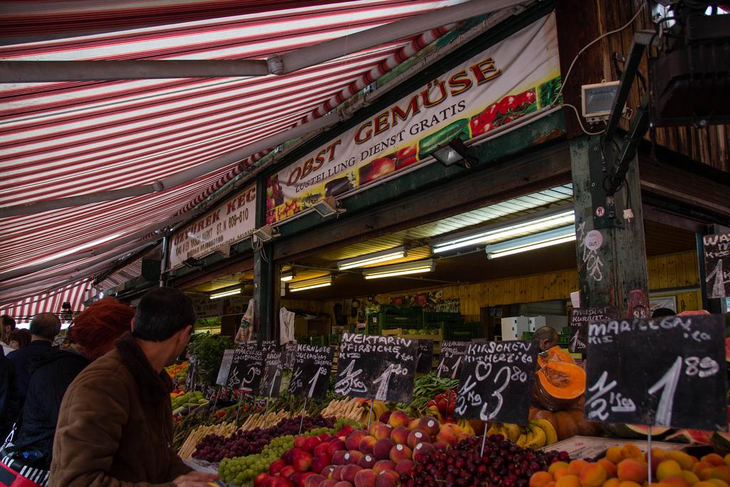 Promenade dans les allées du marché Naschmarkt.