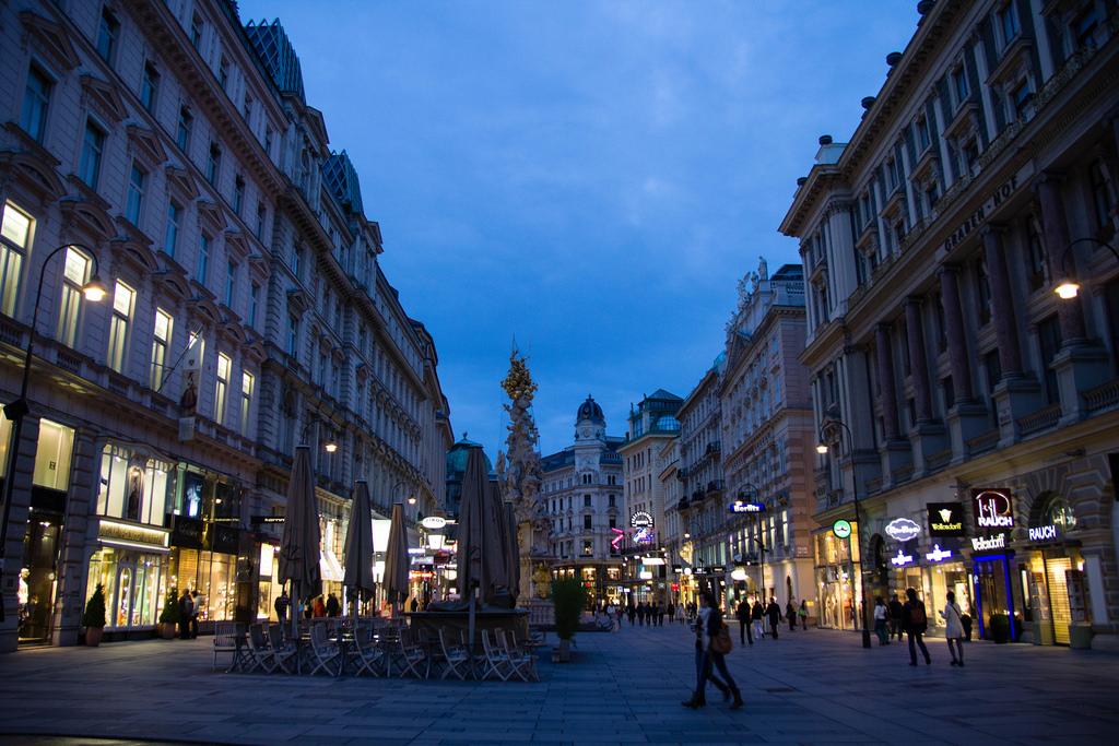 Une belle rue de Vienne à la nuit tombée.