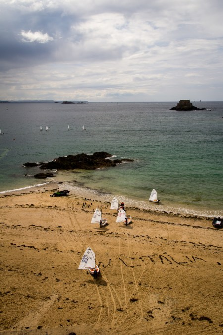 Petits optimistes, s'en allant prendre la mer.
