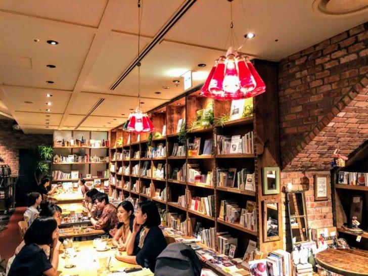 Brooklyn Parlor(ブルックリン・パーラー)の店内のカウンターと席に連なる本棚