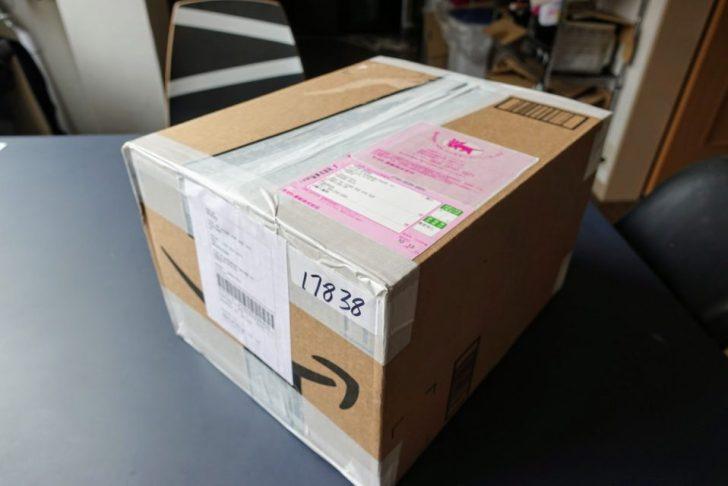 輸入代行の「XBORDER」でアメリカのAmazonから送られて来た荷物の箱が机の上に置かれている様子