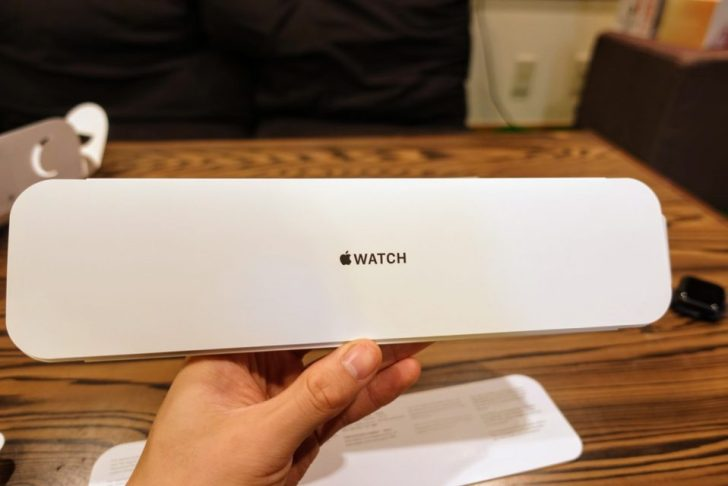 apple_watch_series4_spacegray_aluminum_40mmのblack_sports_bandの説明書が入っているWATCHロゴ
