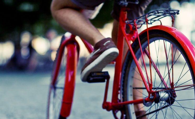 Bicyclist pedaling through the city. Kryvenok Anastasiia/Shutterstock.