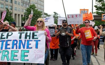 "Protesters hold a rally to support ""net neutrality"" on May 15, 2014 at the FCC in Washington, DC. (Photo credit: KAREN BLEIER/AFP/Getty Images)"