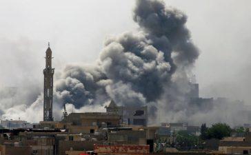 Smoke rises from an airstrike on Islamic State militants in western Mosul, Iraq, May 21, 2017. REUTERS/Alaa Al-Marjani - RTX36SQZ