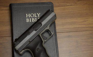 Gun and Bible (shutterstock/ heller)