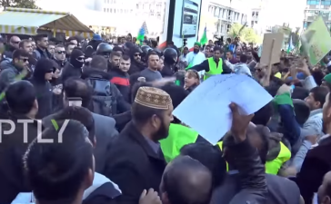 Greek hooligans attack a group of Pakistani Muslims (Screenshot / YouTube / Russia Today)