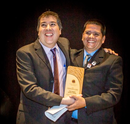 CQI Senior Director of Technical Services Mario Fernandez delivering the a plaque to César Augusto Echeverry Castaño, founder of TECNiCAFÉ