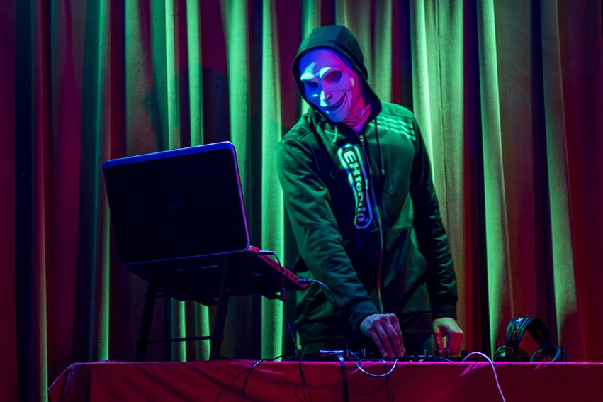 DJ+Fac3+performs+Thursday%2C+Jan.+12%2C+2017%2C+at+Hangar+9+in+Carbondale.+DJ+Fac3%2C+a+student+studying+biomedical+science%2C+keeps+his+identity+hidden+because+he+wants+his+audience+to+only+focus+on+the+music.+%28Branda+Mitchell+%7C+%40branda_mitchell%29