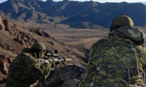Français/French VL2007-1011-08 2 février 2007 Fort Bliss, Texas Des membres de l'équipe de tireurs d'élites (snipers) du Groupement Tactique s'exercent au tir en élévation en montagne dans les secteurs de Fort Bliss avec le fusil à moyenne portée C-14 Timberwolfe de calibre .338.  L'Exercice Réflexe Rapide, qui se déroule à Fort Bliss au Texas du 28 janvier au 27 février 07, constitue une étape importante dans la montée en puissance de la Force Opérationnelle 03-07. Cet exercice interarmées et combiné permet aux soldats de s'entraîner dans un environnement similaire à celui de Kandahar (Afghanistan). Les facilités de Fort Bliss permettent à la FO de se concentrer sur les opérations spécifiques à la mission du niveau de peloton jusqu'au niveau d'équipe de combat. Le scénario d'exercice imitent les exigences du théâtre opérationnel. Crédit : Cpl Bruno Turcotte - Technicien en imagerie de la Force Opérationnelle 03-07 English/anglais VL2007-1011-08 2 February 2007 Fort Bliss, Texas In the mountains of the Fort Bliss training area, members of the Battle Group's sniper team practise high-altitude shooting with the .338-calibre C-14 Timberwolf medium-range rifle. Exercise Rapid Reflex, which takes place at Fort Bliss, Texas, from 28 January to 27 February 2007, is an important stage in the build-up of Task Force 03-07. This joint and combined exercise gives the soldiers a chance to train in an environment much like that of Kandahar, Afghanistan. The base facilities allow the Task Force to concentrate on mission-specific operations from platoon to combat team level. The exercise scenario presents situations encountered in the operational theatre.  Photo by Cpl Bruno Turcotte, Task Force 03-07 Imagery Technician