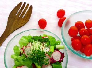 green-salad-with-tomatoes-and-radishes