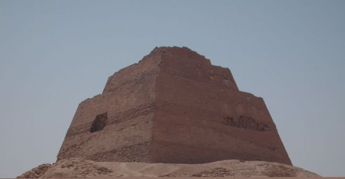800px-Snefru_s_Pyramid_at_Meidum