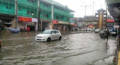 وادی میں شدید بارشیں بیشتر علاقوں کے ندی نالوں میں طغیانی