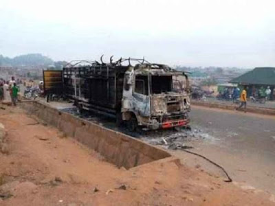 Angry mob set truck full of cattle ablaze for allegedly crushing boy in Saki, Oyo state [photos]