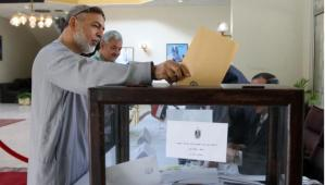 An Egyptian man living in Oman casts his vote on the draft constitution in Egypt at the Egyptian embassy in the Gulf sultanate's capital Muscat on 12 December (AFP Photo)
