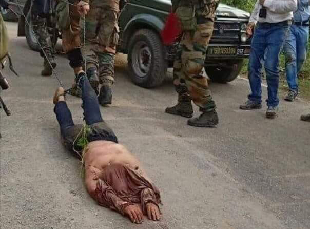 بھارتی فوج کی درندگی، کشمیری نوجوان کی لاش سڑکوں پر گھسیٹے رہے
