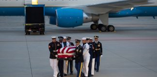 The flag-draped casket of the late US Senator John McCain, Republican of Arizona, arrives on a military airplane at Joint Base Andrews in Maryland, on August 30, 2018. / AFP PHOTO / SAUL LOEB