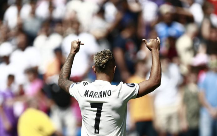 Real Madrid's Spanish-Dominican forward Mariano poses with his new number 7 jersey during his official presentation at the Santiago Bernabeu Stadium in Madrid on August 31, 2018. / AFP PHOTO / BENJAMIN CREMEL