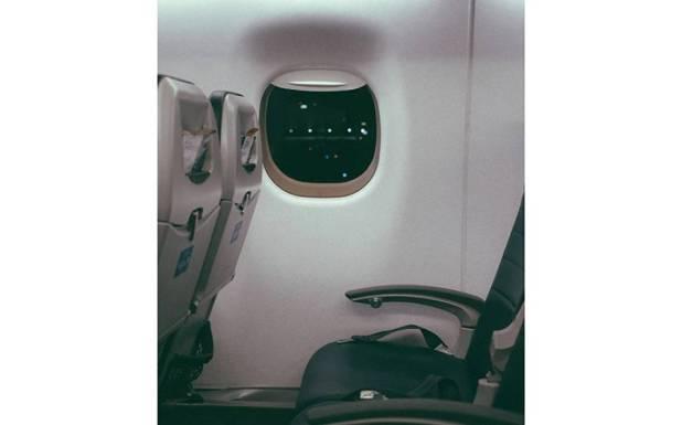 جہاز میں کھڑکی والی سیٹ کیوں نہیں لینی چاہیے؟ ایئر ہوسٹس نے حیران کن انکشاف کردیا