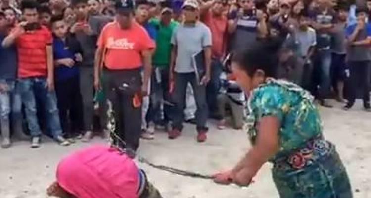 اس لڑکی کو اس کی ماں سب کے سامنے کوڑے کیوں مار رہی ہے؟ وجہ آپ سوچ بھی نہیں سکتے