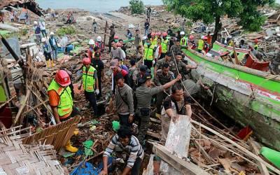 انڈونیشیا میں خوفناک سونامی، 12 گھنٹے بعد ریسکیو اہلکاروں کو ملبے سے رونے کی آوازیں آئیں، اُٹھا کر دیکھا تو ایسا معجزہ کہ سب دنگ رہ گئے