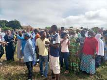 Photo of Edo Decides: Voters scramble for cash as APC leaders allegedly share money [VIDEO]