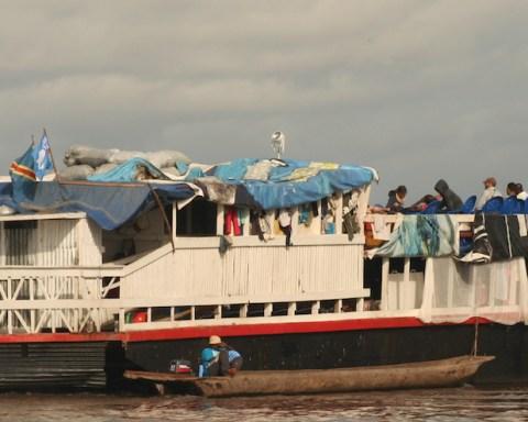 """Deux bateaux ont transporté les chercheurs et leur matériel sur le Fleuve Congo, lors de l'expédition """"Boyekoli Ebale Congo 2010""""."""