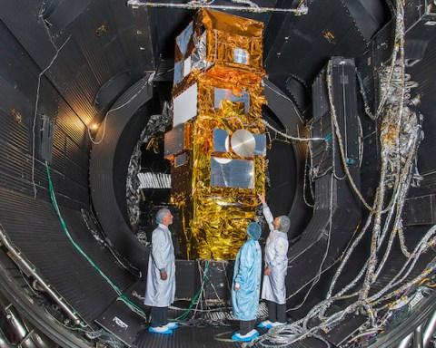 """Le satellite européen Sentinelle-2 a passé une série de tests chez IABG, en Allemagne, avant d'être déclaré """"bon pour le service""""."""