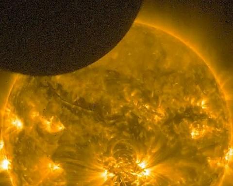 Eclipse de Soleil du 23 octobre 2014, observée dans l'ultraviolet lointain par l'instrument SWAP, sur le satellite PROBA 2.
