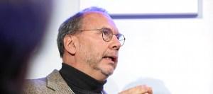 Peter Piot, au Forum économique mondial, en 2015. Photo Moritz Hager (CC BY-NC-SA 2.0)
