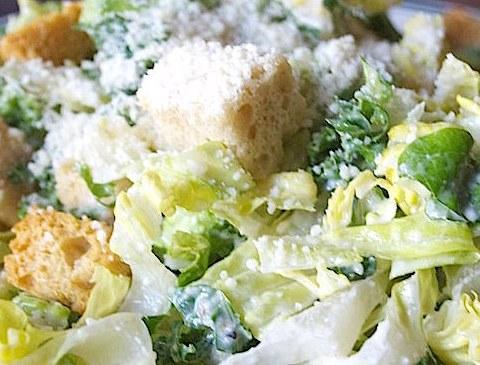 La salade Caesar, une spécialité américaine, et son (faux) parmesan © LA Foodie CC