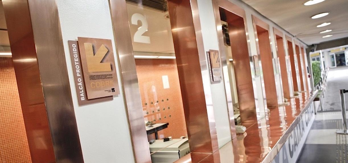 Le cuivre est utilisé dans divers lieux publics, pour réduire la transmission des agents pathogène. © D.R.