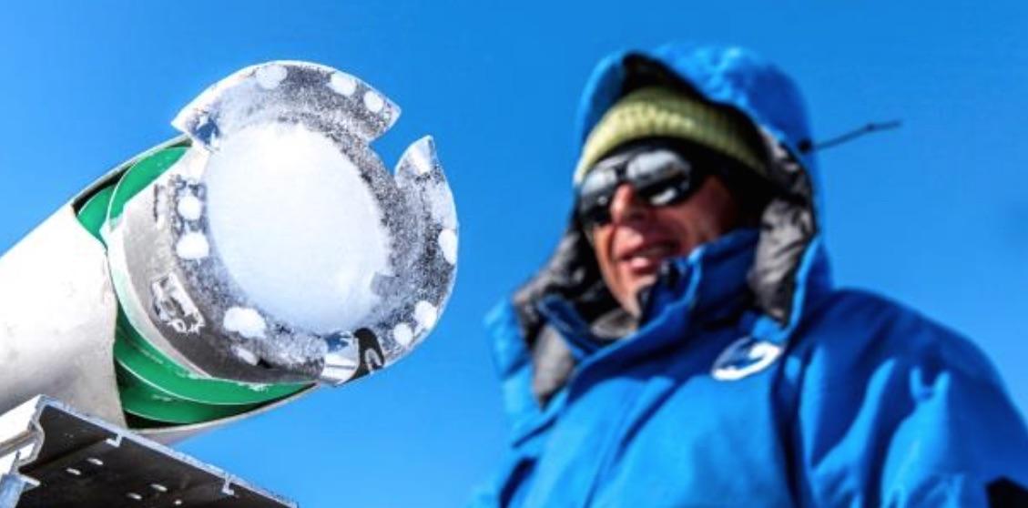 Prélèvement d'une carotte de glace avec une sonde expérimentale, à la base Concordia, en Antarctique. © Thibaut VERGOZ IPEV CNRS