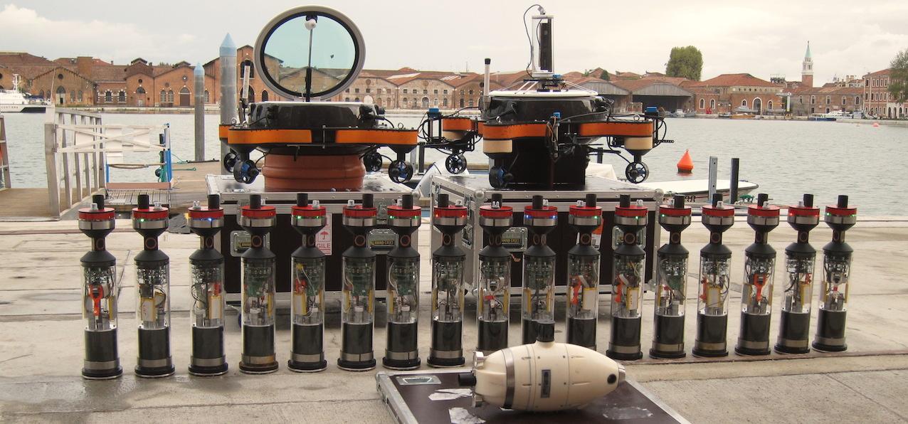 """Des """"moules"""" électroniques, deux gros nénuphars high-tech et un poisson robot: l'ULB surveille les eaux vénitiennes. © A. Campo"""