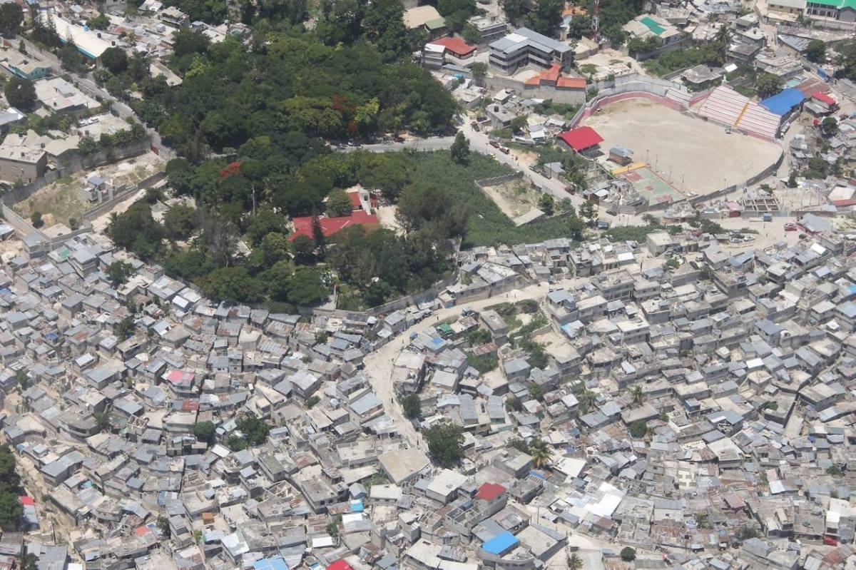 Port-au-Prince, bidonvilles et villas.
