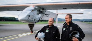 Bertrand Piccard et  André Borschberg devant le Solar Impulse