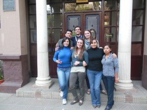 Anaïs Trigaux, Madli Bayot et Guillem Verdés-Flo entourés par le personnel de santé bolivien