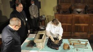 Inventaire des ossements de Jacques de Vitry, église Sainte-Marie d'Oignies, 8 septembre 2015. Photo Guy Focant (Cliquer pour agrandir)