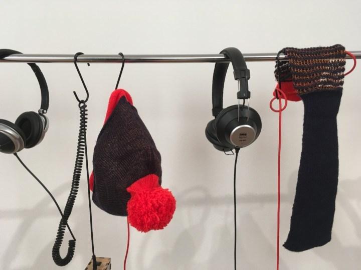 Bonnet, parapluie, sac en mailles larges bardés de fils de cuivre et faisant antenne: Claire Williams explore avec ses antennes tricotées la soupe électromagnétique dans laquelle nous baignons.