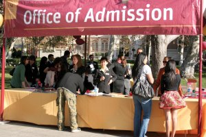 Making the grade · Prospective students talk to representatives for the Office of Admission at the Discover USC Fall Open House. The event, held Nov. 22, gave high school students a chance to learn about the university and the admissions process. - Dieuwertje Kast   Daily Trojan
