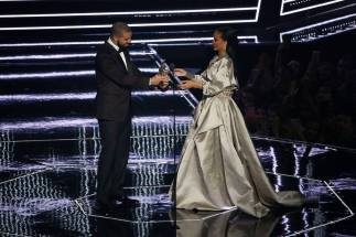 "Photo courtesy of Madison Square Garden Work, work, work, work, work ·  Canadian rapper Drake (left) presented the Michael Jackson Video Vanguard Award to girlfriend Rihanna (right). The two collaborated together on the song ""Work."""