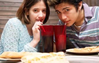Muchos niños y adolescentes de EE. UU. no beben suficiente agua, y la obesidad podría ser el resultado