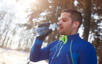 ¿Bebe suficientes líquidos durante los meses de invierno?