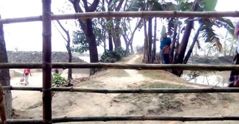 ধোবাউড়ায় পূর্ব শত্রুতার জেরে বাঁশের বেড়া দিয়ে রাস্তা বন্ধের অভিযোগ