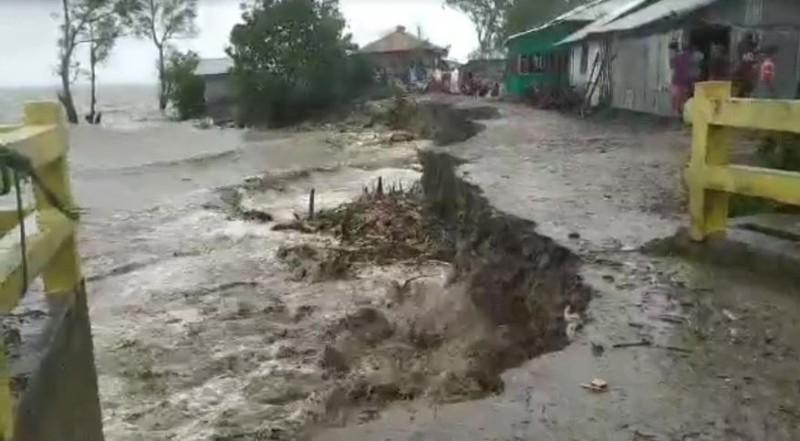 মনপুরায় ৮ কিলোমিটার বেড়িবাঁধ বিধ্বস্ত