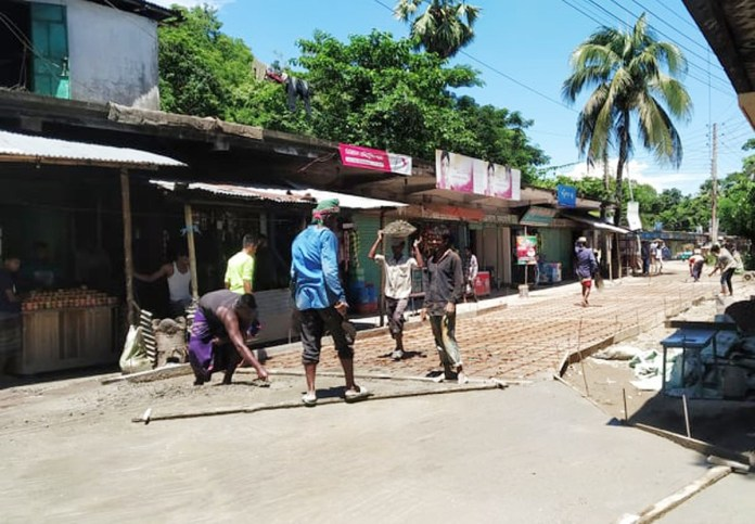 জগন্নাথপুর পৌরসভার উদ্যোগে বেহাল রাস্তার মেরামত জনমনে স্বস্তি