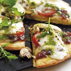 Onion, mushroom & goats' cheese pizza