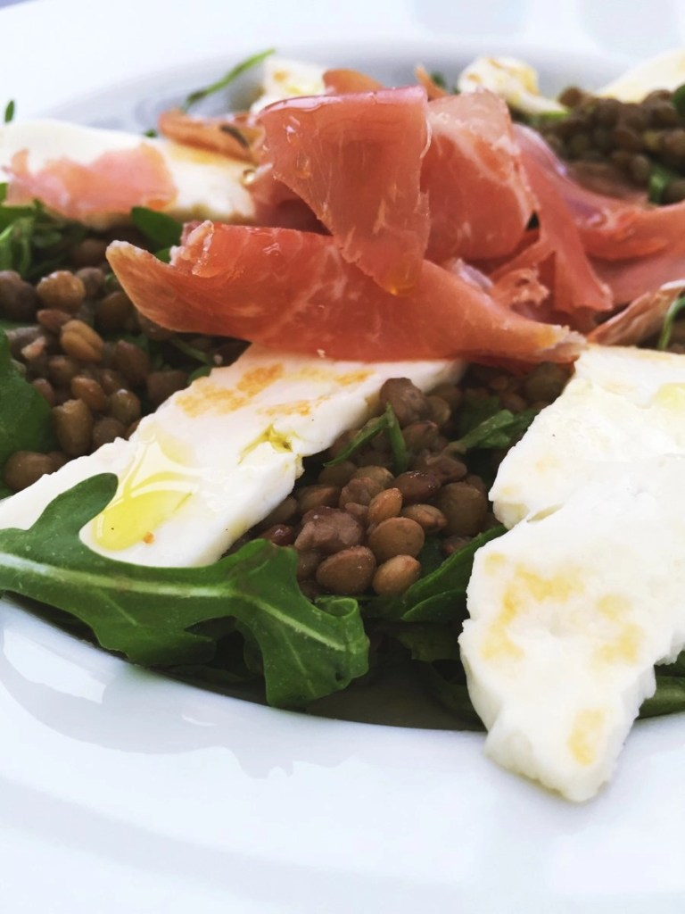Quick lunch of lentils with halloumi and prosciutto